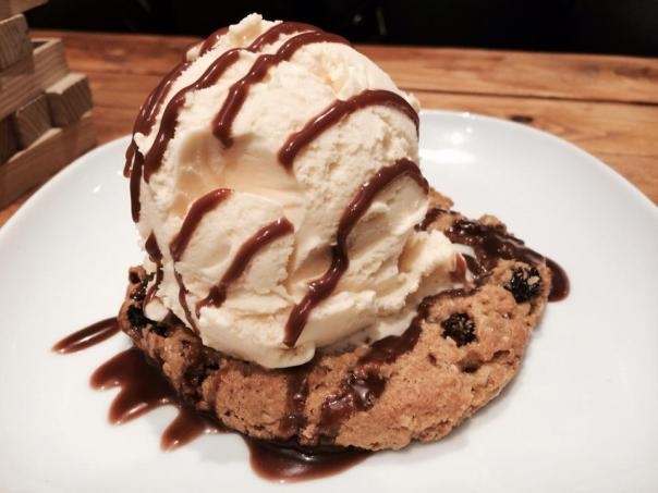 COOKIE WITH ICE CREAM AND CARAMEL SAUCE